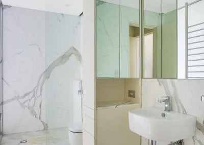 Calacatta-marble-ensuite-walls-and-white-onyx-floor
