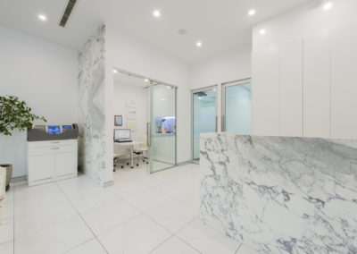 Arabescato-marble-dentist-counter-feature-wall